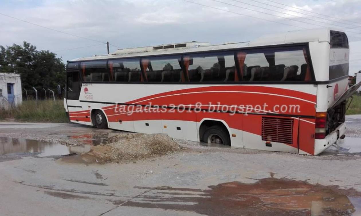 Καιρός - Θεσσαλονίκη: Η άσφαλτος «κατάπιε» λεωφορείο του ΚΤΕΛ (pics)