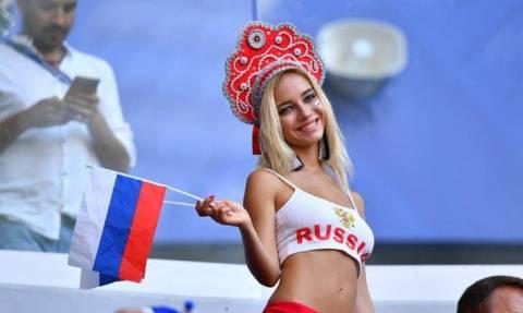 Παγκόσμιο Κύπελλο Ποδοσφαίρου 2018: Η πορνοστάρ που μονοπωλεί το ενδιαφέρον στις κερκίδες (pics)