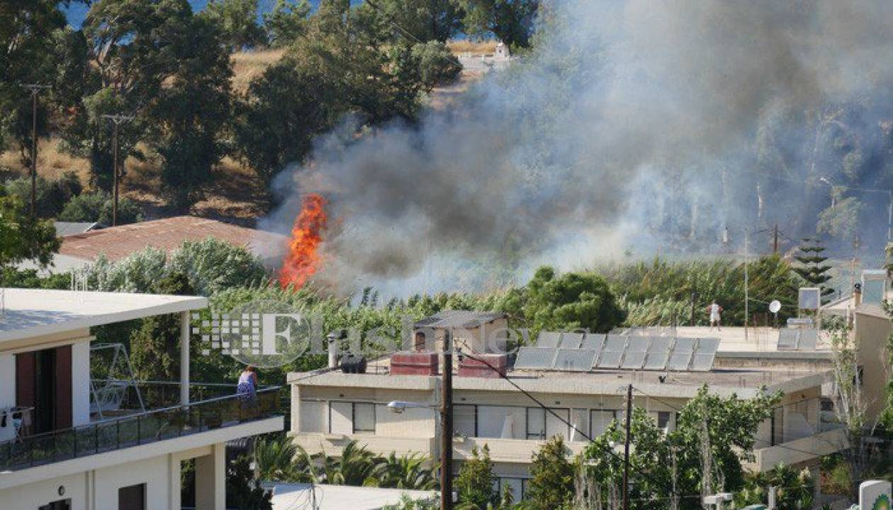 Αναστάτωση στα Χανιά: Μεγάλη πυρκαγιά απείλησε σπίτια (pics)
