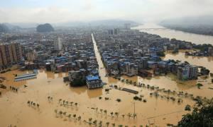 Κίνα: Έξι νεκροί από τις βροχοπτώσεις στην επαρχία Γκουιτζόου - Σπίτια γκρεμίζονται (vids)