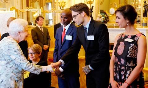 Киприотка получила награду за волонтерскую деятельность из рук королевы Великобритании