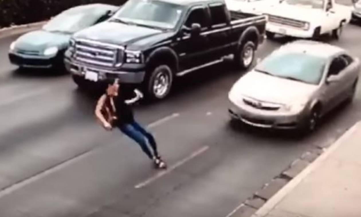 Βίντεο σοκ: Καρέ - καρέ η πτώση γυναίκας στις ρόδες αυτοκίνητου (ΠΡΟΣΟΧΗ - ΣΚΛΗΡΕΣ ΕΙΚΟΝΕΣ)