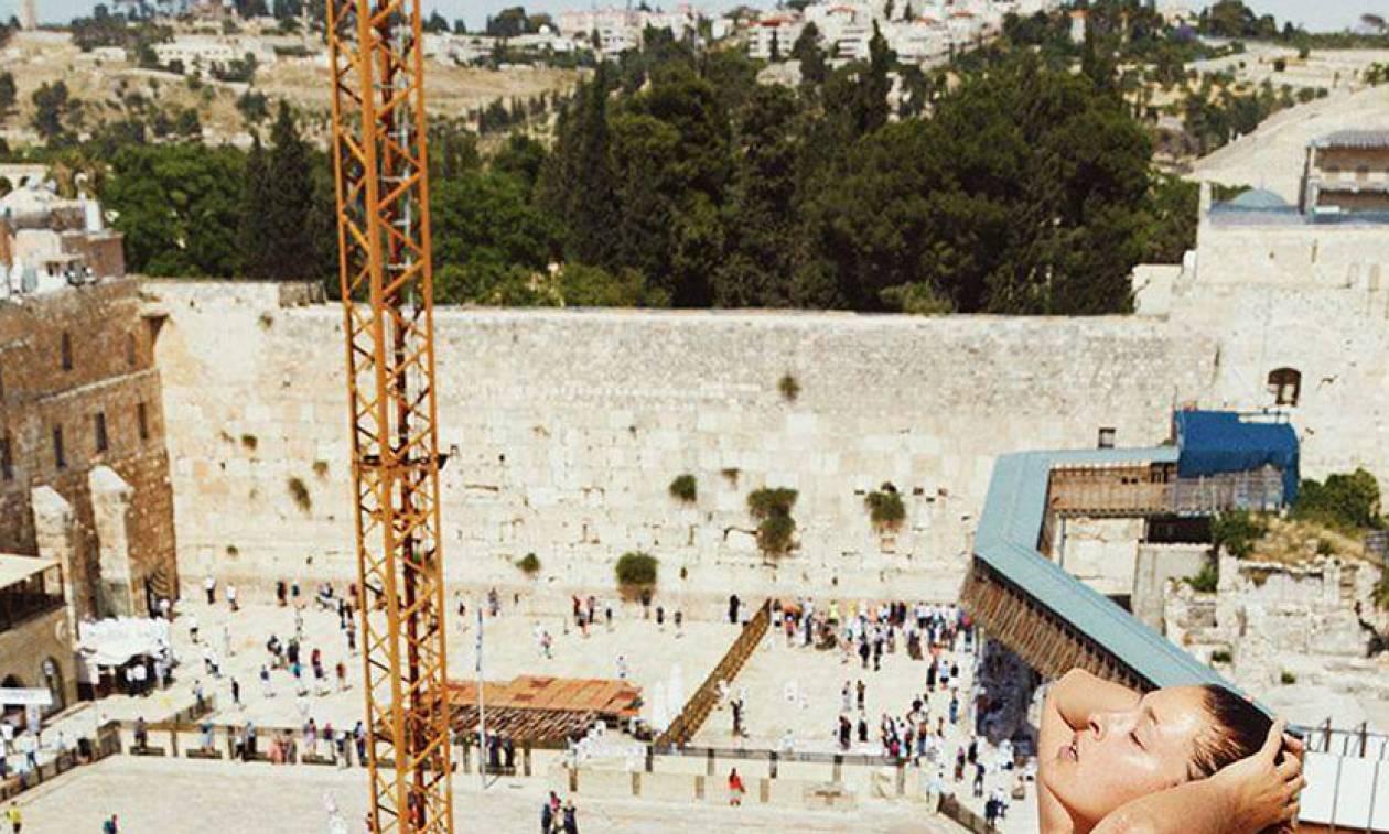 Μοντέλο ποζάρει ολόγυμνο στο Τείχος των Δακρύων και προκαλεί σάλο (pics)