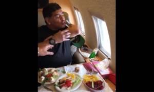 Μουντιάλ: Ο Μαραντόνα… τύφλα πίνει σφηνάκι με το μπράτσο του μέσα στο τζετ! (video)
