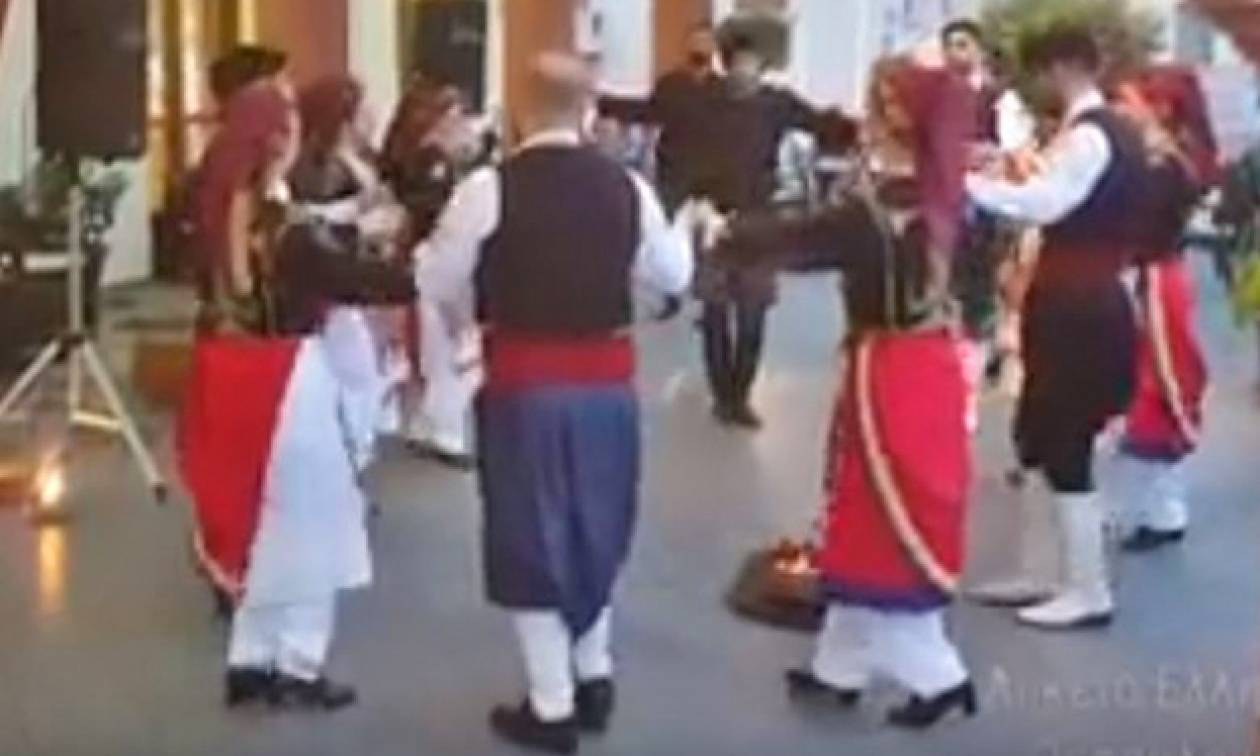 Καμαρώστε το Λύκειο Ελληνίδων Θεσσαλλονίκης να χορεύει χανιώτικο συρτό (vid)
