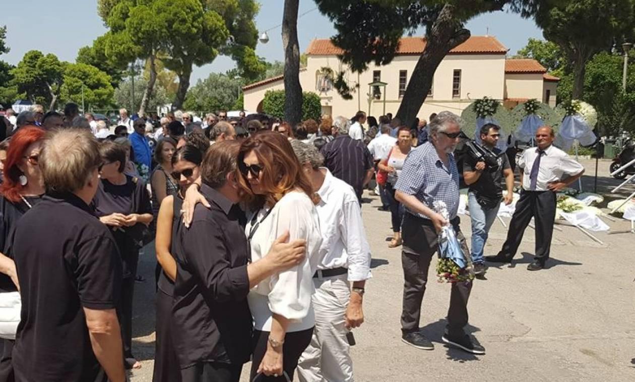 Τζέσυ Παπουτσή: Θρήνος στο τελευταίο «αντίο» στην αγαπημένη ηθοποιό (pics)