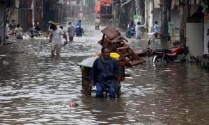 Πακιστάν: Τουλάχιστον έξι νεκροί από από τις χειρότερες βροχές εδώ και 38 χρόνια στη Λαχόρη (vid)