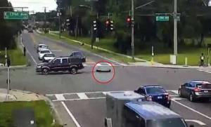 Απίστευτο βίντεο… μυστήριο: Έπεσε αναίσθητη από κινούμενο SUV, βγήκε, τη μάζεψε και έφυγαν!