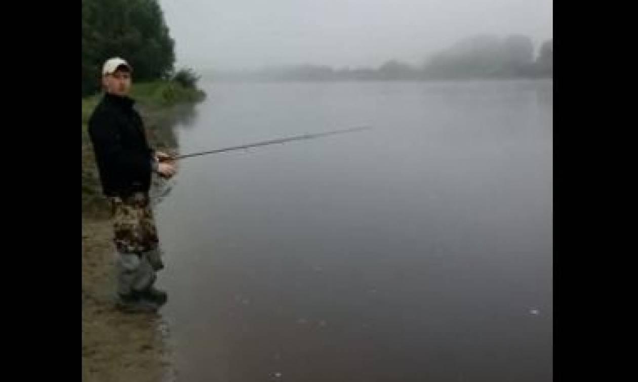 Δύο φίλοι πήγαν για ψάρεμα. Ξαφνικά υπέστησαν σοκ βλέποντας δίπλα τους μια... (video)
