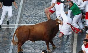«Μάτωσε» ξανά η Παμπλόνα: Πέντε τραυματίες από επίθεση ταύρου