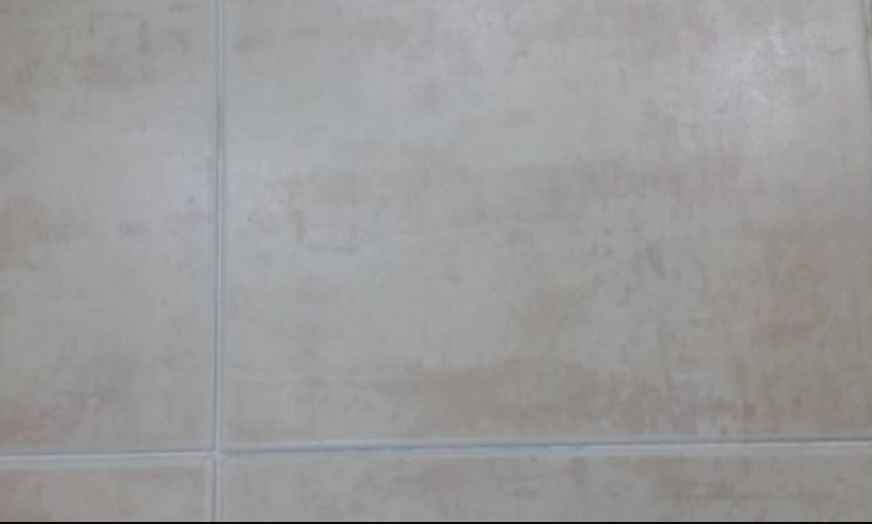 Το απόλυτο κόλπο! Ετσι θα κρατήσετε καθαρούς τους αρμούς στα πλακάκια του μπάνιου (video)