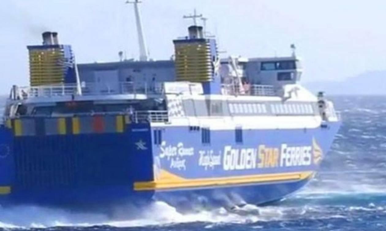 Μάγκας καπετάνιος δένει καράβι στο λιμάνι της Τήνου με ριπές ανέμου 9 μποφόρ (video)