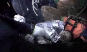 Ταϊλάνδη: Η συγκλονιστική στιγμή που βγάζουν ναρκωμένα τα παιδιά από το σπήλαιο