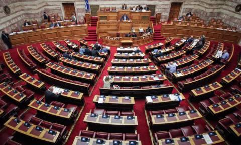 «Σκοτωμός» και στη Βουλή για τις δηλώσεις Χαν περί ελληνοαλβανικών συνόρων