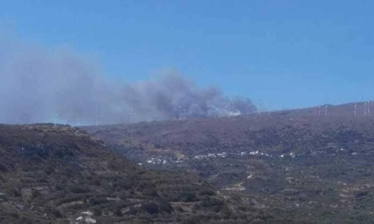 Ανεξέλεγκτη η φωτιά στη Σητεία: Κινδύνευσαν πυροσβέστες (pics)