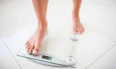 Δείτε πώς πρέπει να ζυγίζεστε για να υπολογίσετε σωστά το βάρος σας (βίντεο)