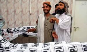 Εικόνες ΣΟΚ στο Πακιστάν: Μακελειό με 128 νεκρούς από επίθεση βομβιστή – καμικάζι