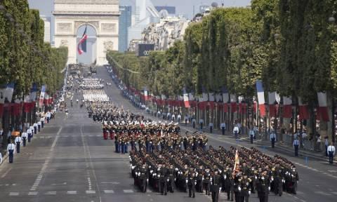 Γαλλία: Παρέλαση με μεγαλοπρέπεια και... απρόοπτα για τους εορτασμούς της 14ης Ιουλίου (pics+vid)