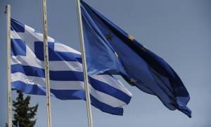 Guardian: Κανείς δεν πιστεύει ότι η Ελλάδα θα αποπληρώσει το χρέος