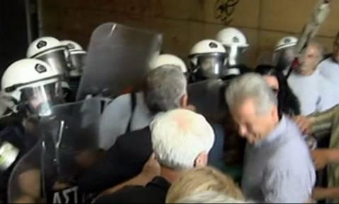 Ένταση στο κέντρο της Αθήνας: Μέλη της ΠΟΕΔΗΝ «πολιόρκησαν» το υπουργείο Οικονομικών (vid)