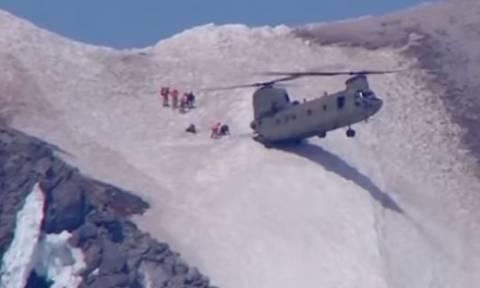 Συγκλονιστική διάσωση τραυματία από Σινούκ σε χιονισμένη πλαγιά (vid)