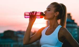 Είναι τα αθλητικά ποτά ό,τι καλύτερο μπορείς να πιείς μετά τη γυμναστική;