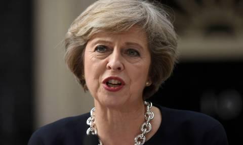 Brexit: Η Μέι απειλεί με πρόωρες εκλογές τους «αντάρτες» των Συντηρητικών