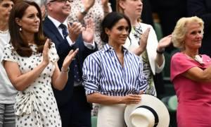 Η Meghan Markle έβγαλε το καπέλο της στο Wimbledon. Ακολούθησε το βασιλικό πρωτόκολλο;