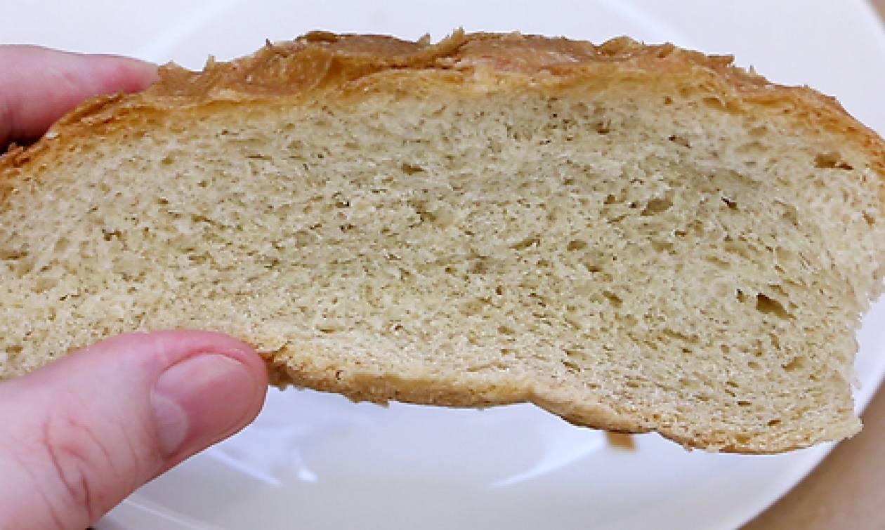 Βάζει μια φέτα ψωμί κι ένα ποτήρι νερό στο φούρνο μικροκυμάτων. Ο λόγος; Πανέξυπνος... (video)