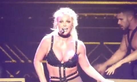 Το σέξι ατύχημα της Μπρίτνεϊ Σπίαρς πάνω στη σκηνή: Τραγουδούσε με το στήθος έξω! (vids+pics)