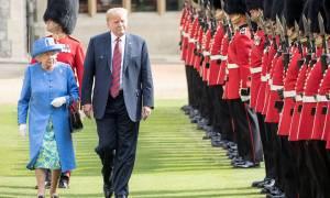 Θεωρίες συνομωσίας: Έστελνε η βασίλισσα Ελισάβετ κρυφά μηνύματα για τον Τραμπ; (Vid)