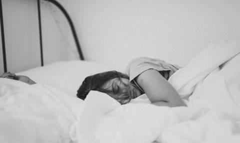 10 παράξενα πράγματα που συμβαίνουν ενώ κοιμάσαι