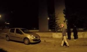 Επίθεση μελών του Ρουβίκωνα με σφυριά και ξύλα στη ΔΟΥ Ψυχικού (video)