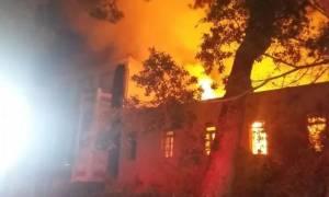 Φωτιά τώρα: Στις φλόγες το Πολεμικό Μουσείο στα Χανιά - Εικόνες καταστροφής