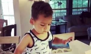 Αγοράκι πιάνεται στα πράσα την ώρα που πάει να φάει ένα ντόνατς και η αντίδρασή του είναι απίθανη!