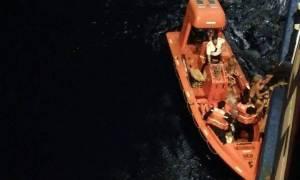 Βίντεο ντοκουμέντο: Πλοία διασώζουν κόσμο από τη θάλασσα της Ραφήνας
