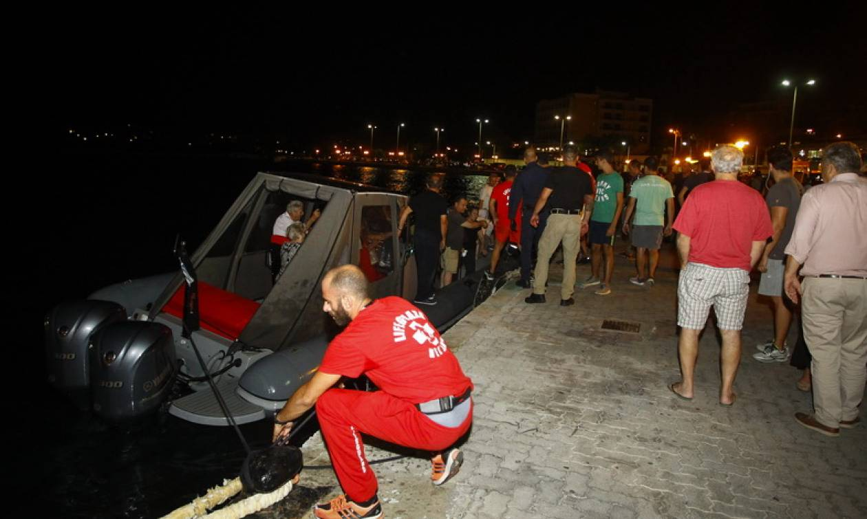 Φωτιά ΤΩΡΑ - Σαντορινιός: 689 άνθρωποι απεγκλωβίστηκαν από τις ακτές της Ραφήνας