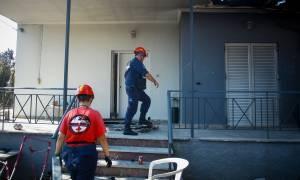 Φωτιά Μάτι: Ψάχνουν πόρτα – πόρτα τα σπίτια για αγνοούμενους (pics)