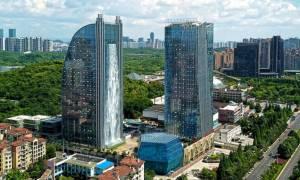 Όταν ο άνθρωπος κάνει θαύματα: Καταρράκτης 100 μέτρων σε ουρανοξύστη! (pics)