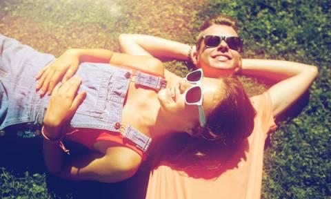 Πρώτη σεξουαλική επαφή: Πώς γίνεται η σωστή ενημέρωση σε ένα κορίτσι