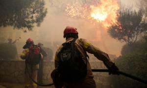 Φωτιά: Συγκλονιστικό βίντεο μέσα από πυροσβεστικό όχημα - «Είμαι μέσα στην κόλαση»