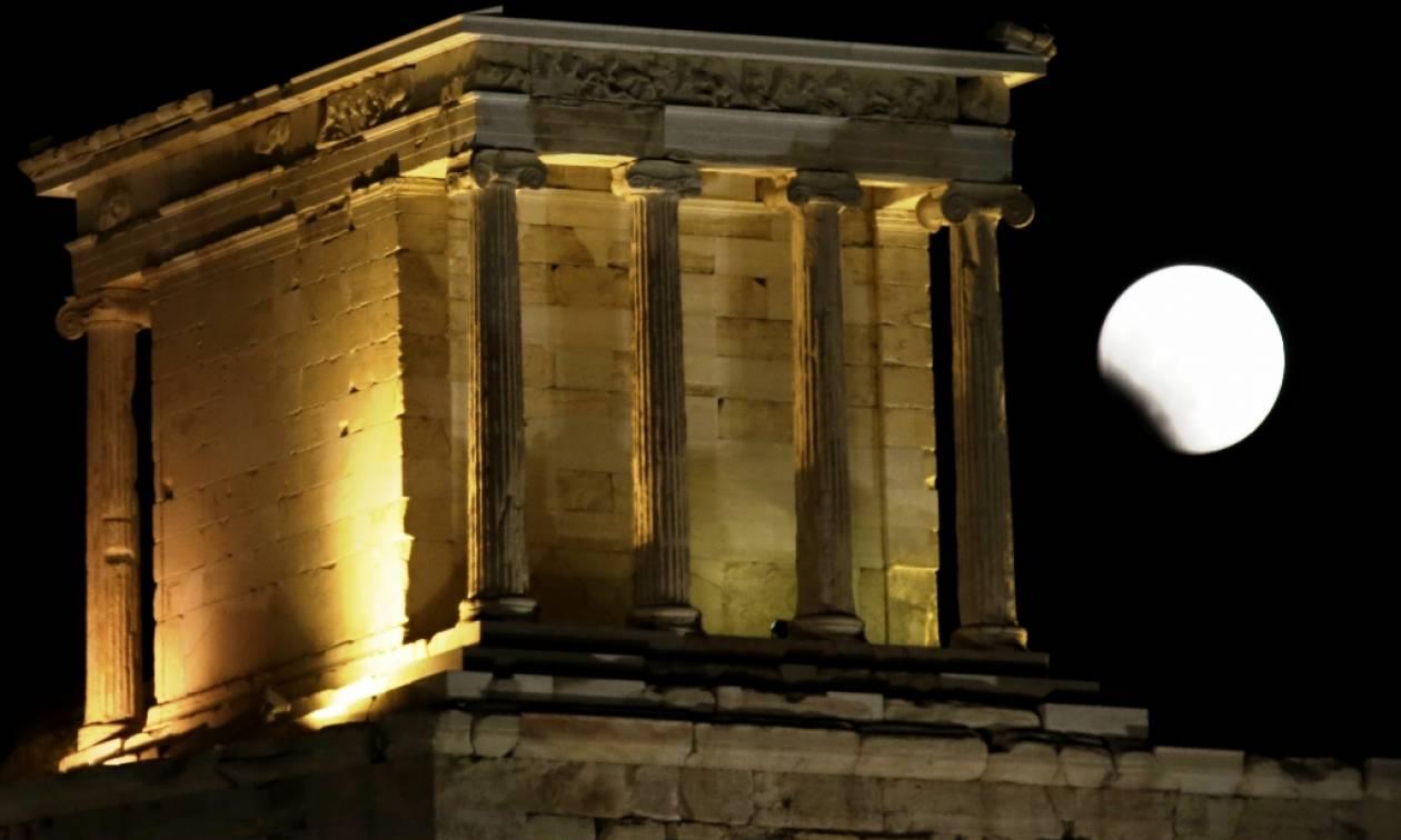 Μάγεψε τον κόσμο το «ματωμένο φεγγάρι»