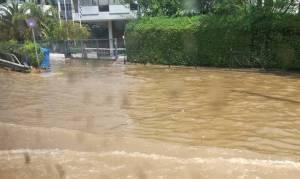 Καιρός ΤΩΡΑ: Σκοτείνιασε η Αττική – Ισχυρή βροχόπτωση σε αρκετές περιοχές