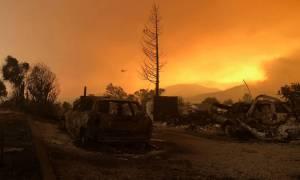 Ταχεία εξάπλωση της φωτιάς στην Καλιφόρνια: 7.000 άνθρωποι απομακρύνθηκαν από τα σπίτια τους