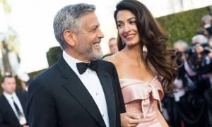 Η Amal διαψεύδει το χωρισμό από τον George Clooney με κοινή εμφάνιση και κοντό σορτς