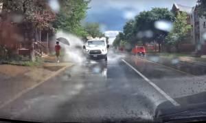 Παλαβός τύπος περνά με το αμάξι του και βρέχει τους πεζούς!