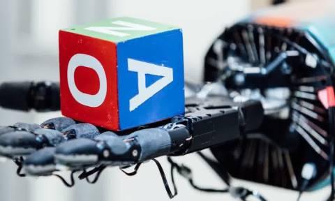 Νέο επιδέξιο ρομποτικό χέρι παίζει στα… δάχτυλα έναν κύβο (video)