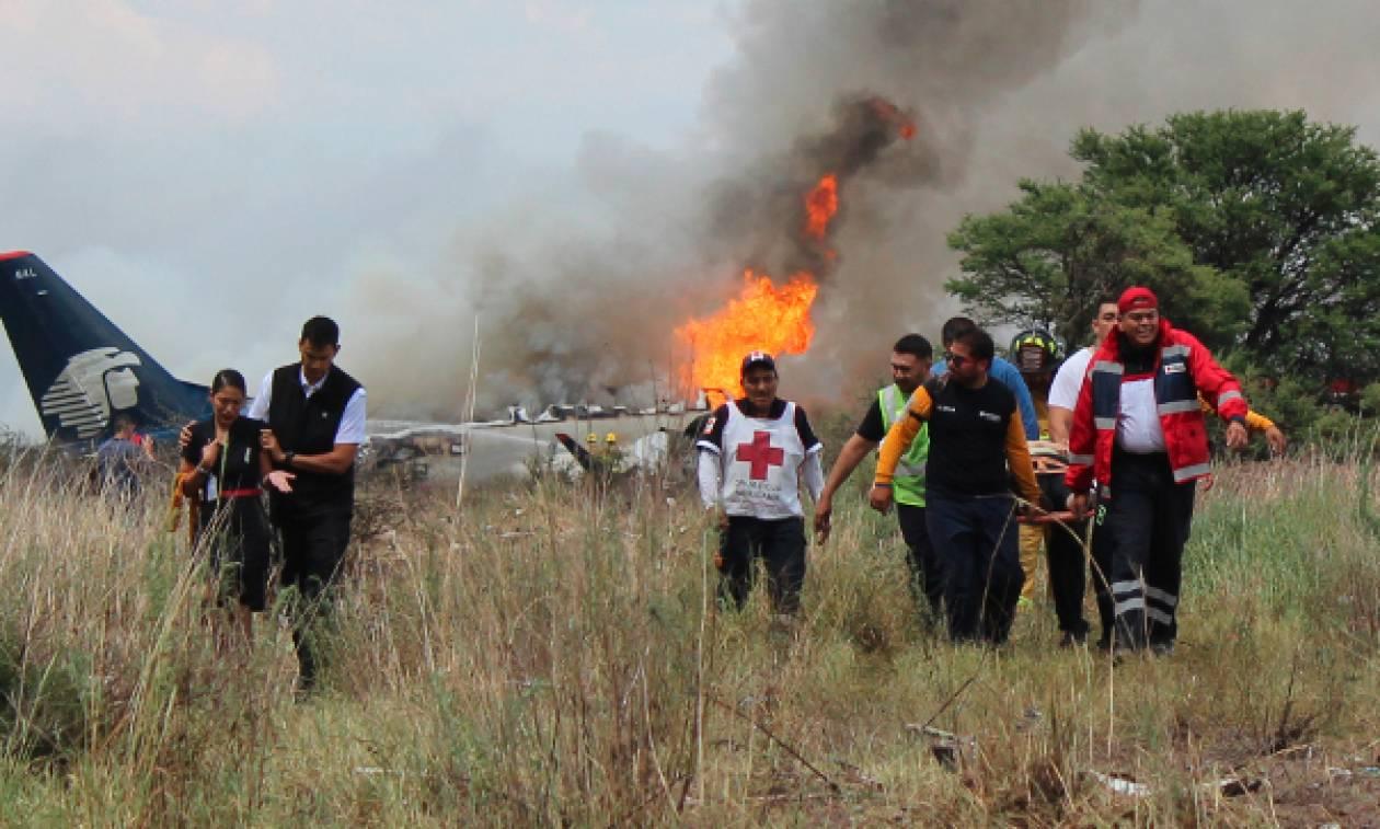 Θαύμα στο Μεξικό: Βγήκαν ζωντανοί όλοι οι επιβάτες μετά από τη συντριβή του αεροσκάφους (vids+pics)