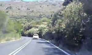 Κρήτη – Βίντεο σοκ: Αυτοκίνητο περνάει στην αντίθετη λωρίδα πάνω σε στροφή