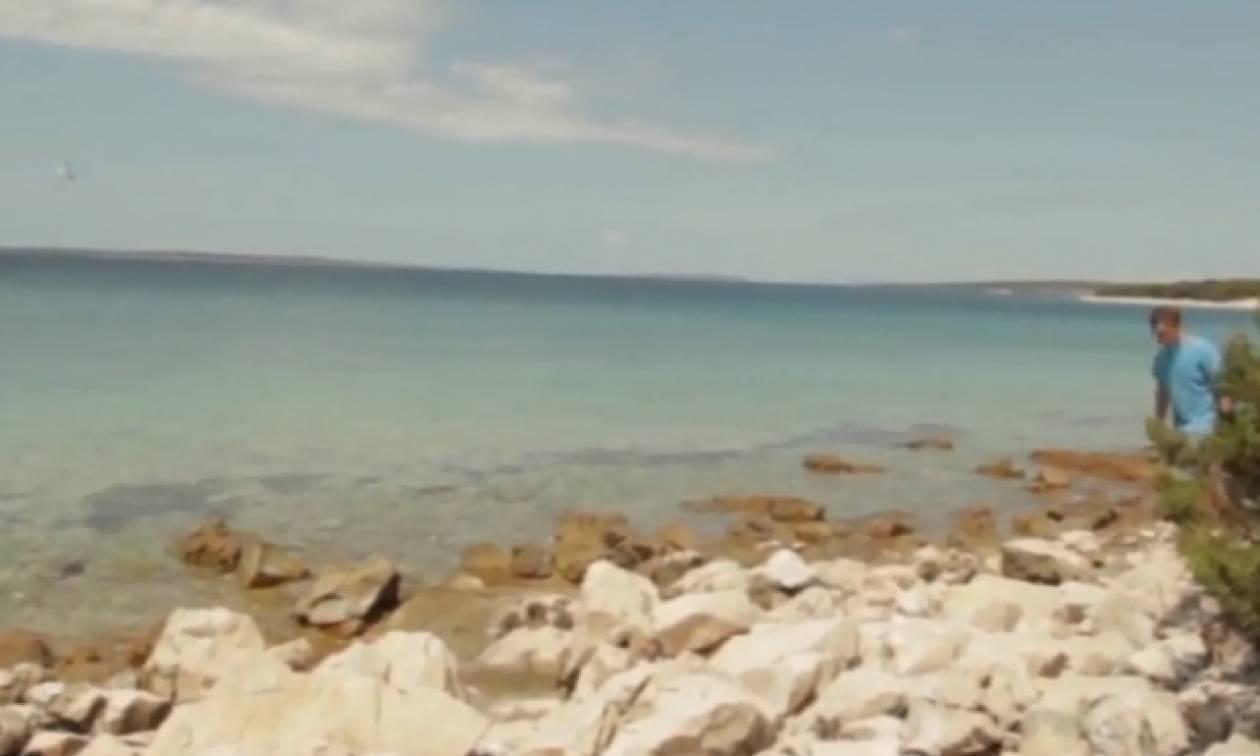 Με αυτό το βίντεο έχει γίνει χαμός: Τι είναι αυτό που πετάγεται από τη θάλασσα;